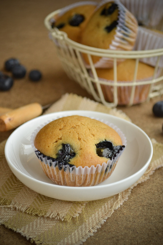 Vegan blueberry muffins with fresh blueberry